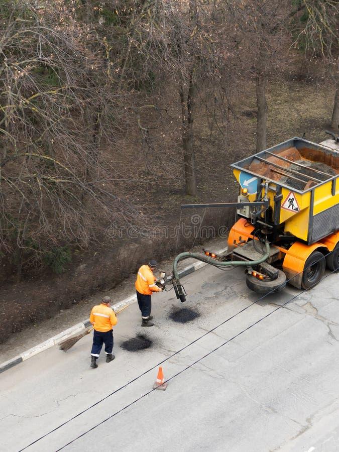 Vue aérienne de la bâche d'asphalte de réparation de travailleurs de route Concept de travail d'?quipe images libres de droits