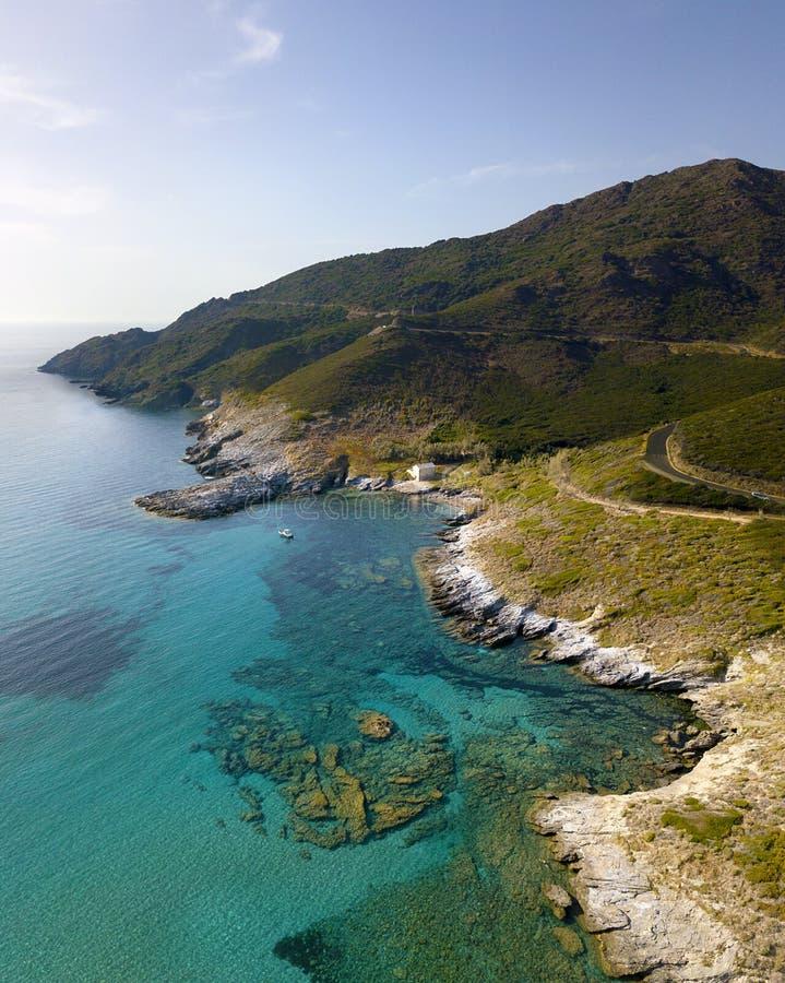 Vue aérienne de la côte de la Corse, des routes d'enroulement et de la crique Golfe d'Aliso france photos stock