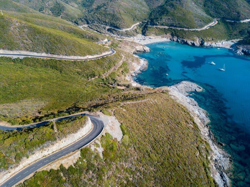 Vue aérienne de la côte de la Corse, des routes d'enroulement et de la crique Golfe d'Aliso france images stock