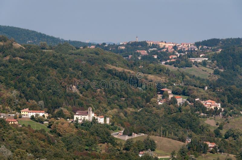 Vue aérienne de la campagne italienne avec de vieilles villes et villages photographie stock