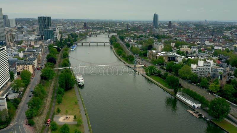 Vue aérienne de la canalisation de rivière dans des limites de Francfort sur Main, Allemagne image stock