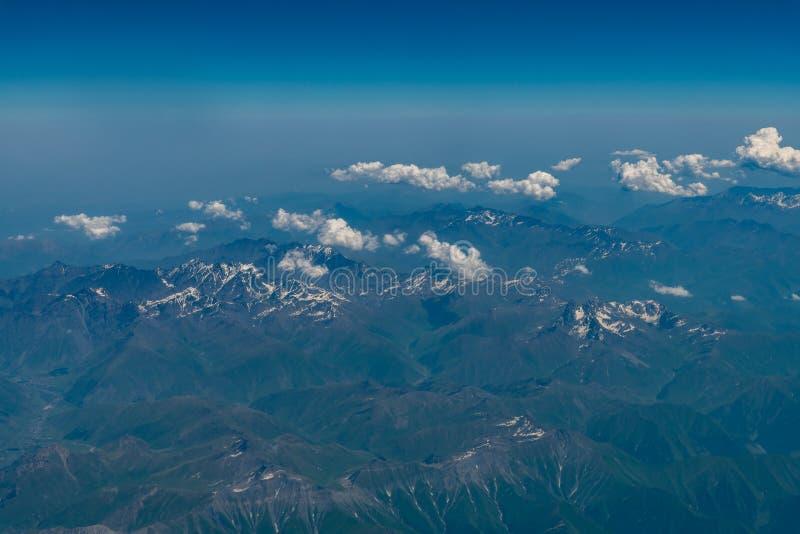 Vue aérienne de la gamme de montagne avec de la neige sur le dessus photographie stock