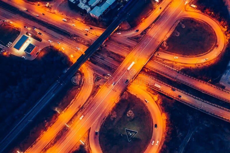 Vue aérienne de la jonction de transport, des routes urbaines d'asphalte et des échanges, vue supérieure de bourdon des autoroute image libre de droits