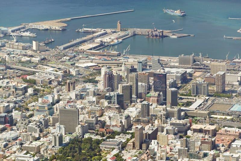 Vue aérienne de la montagne de Tableau donnant sur le bord de mer du centre de Cape Town et le port, Afrique du Sud images libres de droits