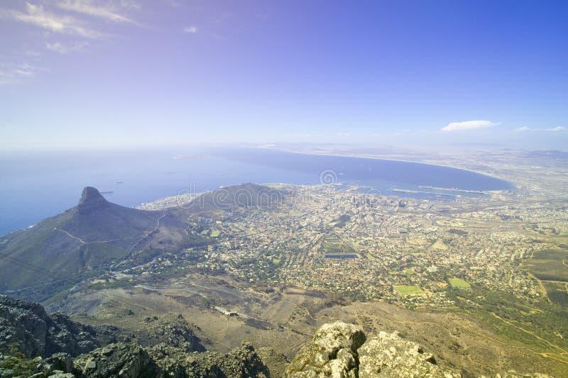 Vue aérienne de la montagne de Tableau donnant sur le bord de mer du centre de Cape Town et le port, Afrique du Sud images stock