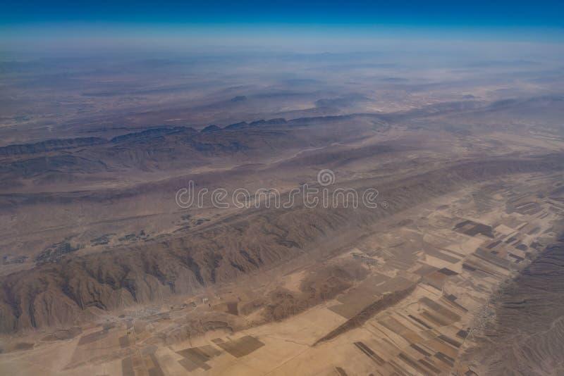 Vue aérienne de la montagne rocheuse et du désert en Iran images libres de droits