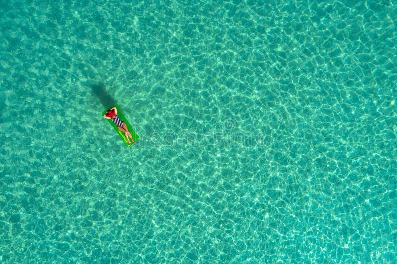 Vue aérienne de la natation mince de femme sur le matelas de bain dans le t photo stock