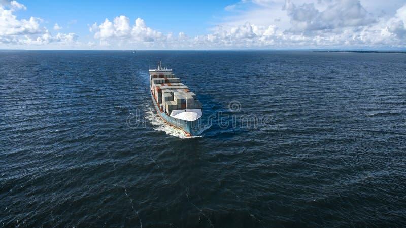Vue aérienne de la navigation de navire porte-conteneurs en mer images stock