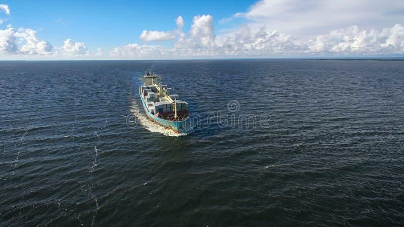Vue aérienne de la navigation de navire porte-conteneurs en mer image libre de droits