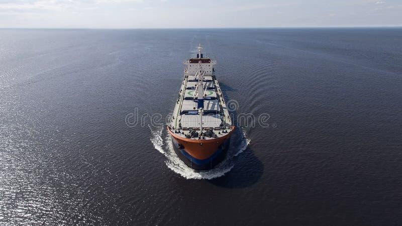 Vue aérienne de la navigation de navire porte-conteneurs en mer photos stock