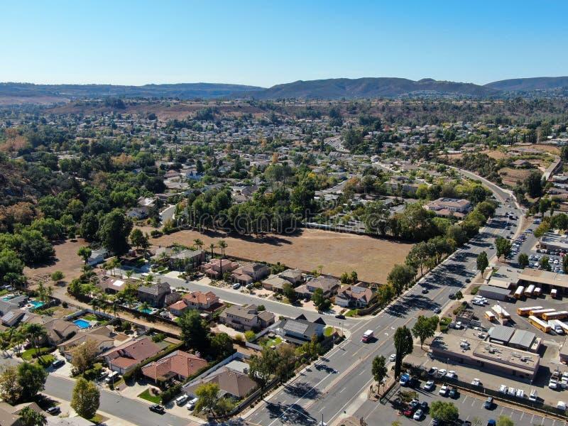 Vue aérienne de la petite ville de Poway dans la banlieue du comté de San Diego photographie stock libre de droits