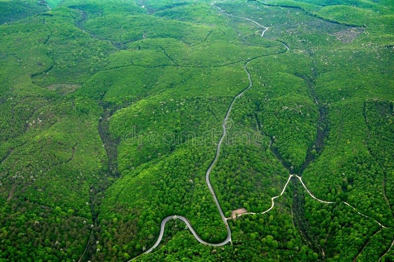 Vue aérienne de la Rolling Hills avec les arbres, les routes et les rivières verts image stock