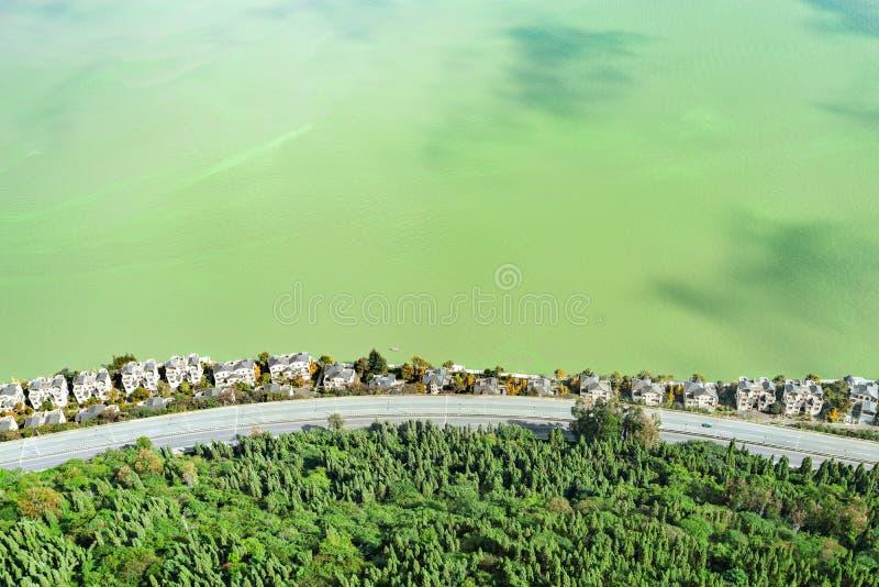Vue a?rienne de la route et des maisons riches par le lac Dianchi images libres de droits