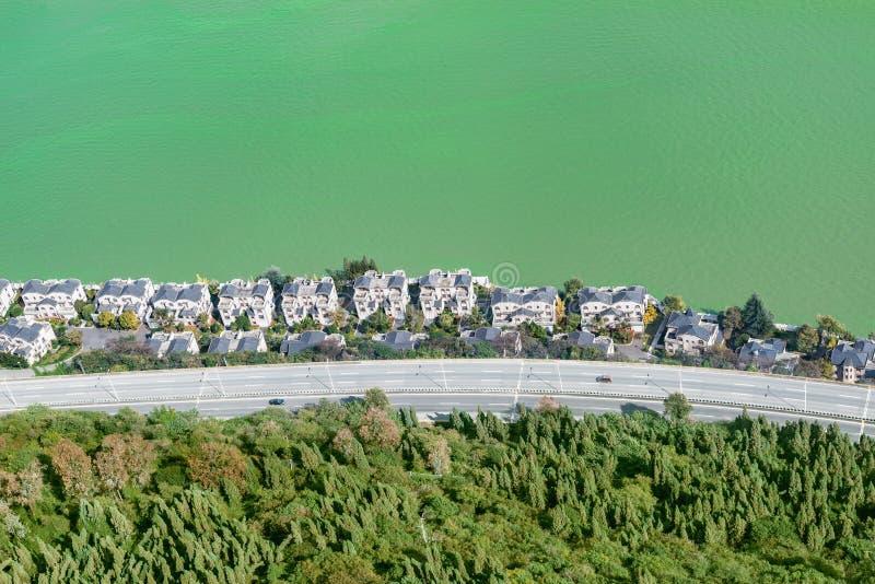 Vue a?rienne de la route et des maisons riches par le lac Dianchi kunming La Chine Vue de image libre de droits