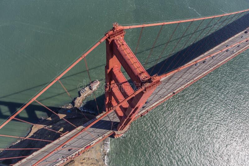 Vue aérienne de la tour et du câble de suspension de golden gate bridge photo libre de droits