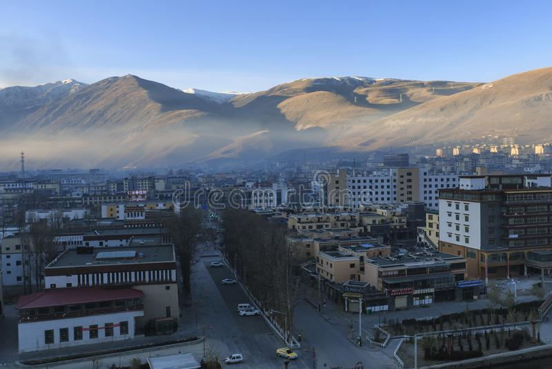Vue aérienne de la ville de YuShu au lever de soleil photos stock