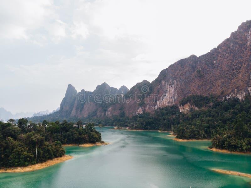 Vue a?rienne de lac cheo Lan en Tha?lande Montagnes vertes et ciel dramatique Voyage Tha?lande photographie stock libre de droits
