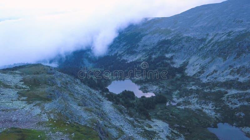 Vue aérienne de lac mountain clip Beau panorama du paysage de montagne avec l'étang étonnant Piloter un quadcopter images stock