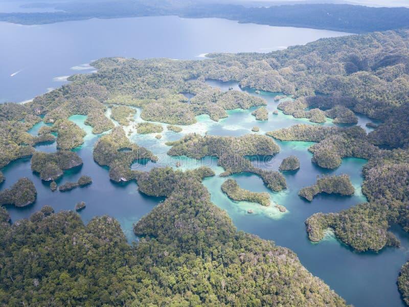 Vue aérienne de lagune étonnante en Raja Ampat images libres de droits