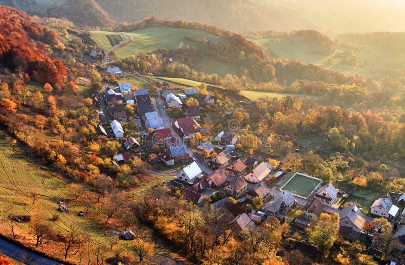 Vue aérienne de lever de soleil au-dessus de village rural, Slovaquie photos libres de droits