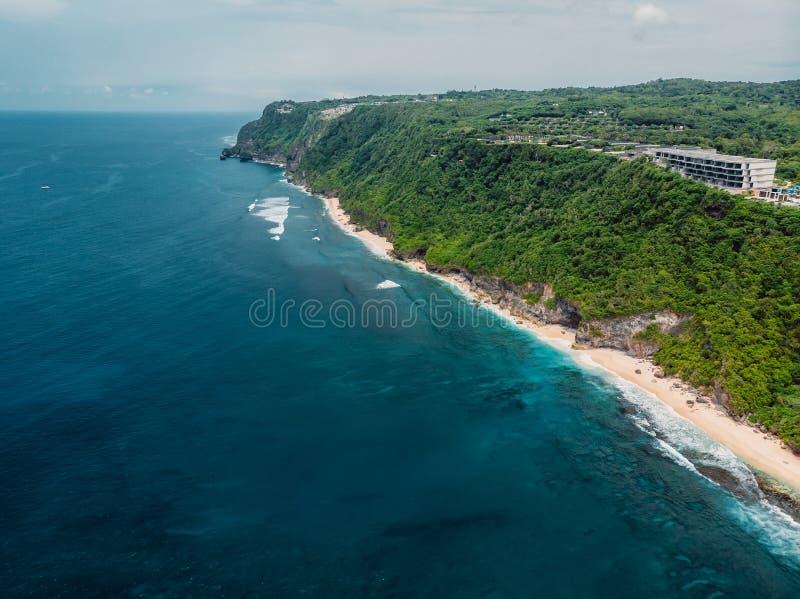 Vue aérienne de littoral avec la plage tropicale et l'océan bleu photographie stock libre de droits