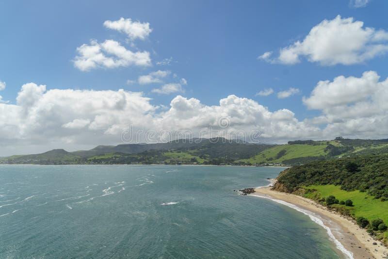 vue aérienne de littoral d'océan le jour ensoleillé d'été, Omapere, Nouvelle-Zélande images libres de droits