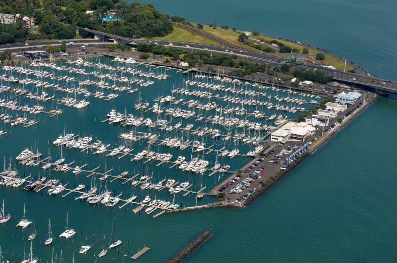 Vue aérienne de marina de Westhaven dans le bord de mer d'Auckland, nouveau Zea images stock