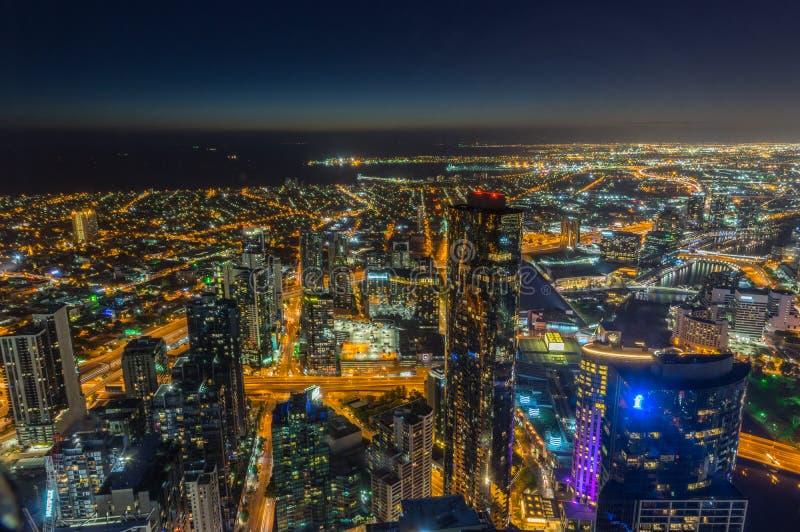 Vue aérienne de Melbourne le long de la rivière de Yarra vers des quartiers des docks photographie stock libre de droits