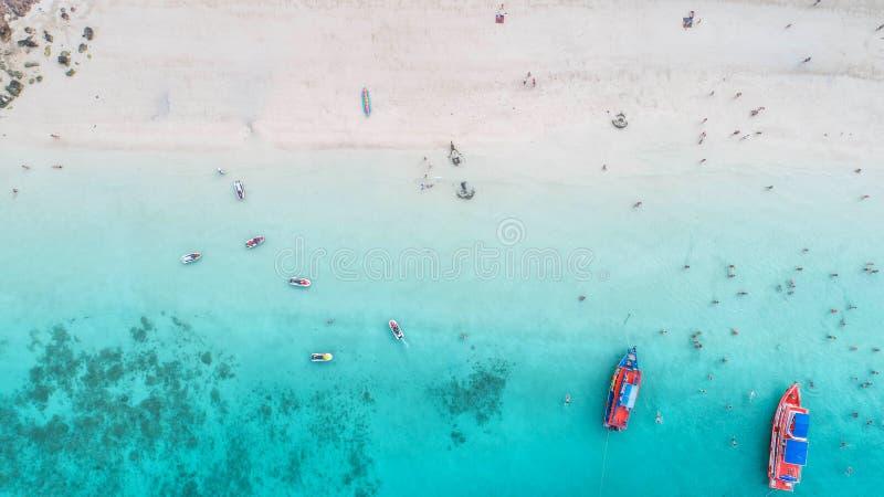 Vue aérienne de mer et vue supérieure, fond stupéfiant de nature La couleur de l'eau et admirablement lumineux Plage azurée avec  photos stock