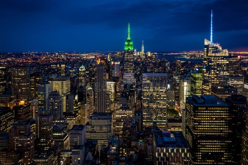 Vue aérienne de Midtown Manhattan la nuit photographie stock libre de droits