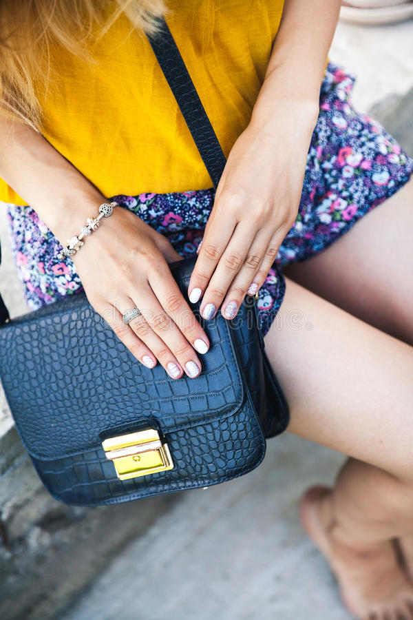 Vue aérienne de mode bleue de sac à main d'accessoires à la mode de fille, style, sac, manucure photographie stock