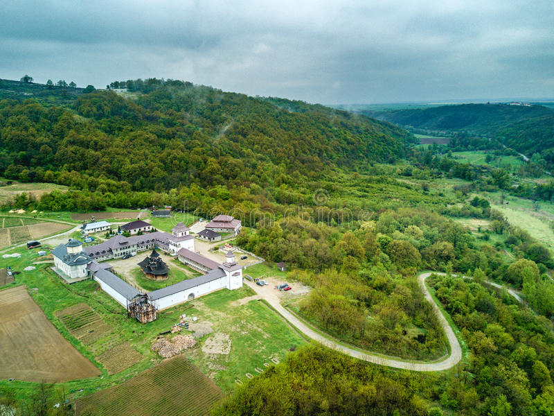 Vue aérienne de monastère orthodoxe Nera près des gorges de Nera, photographie stock libre de droits