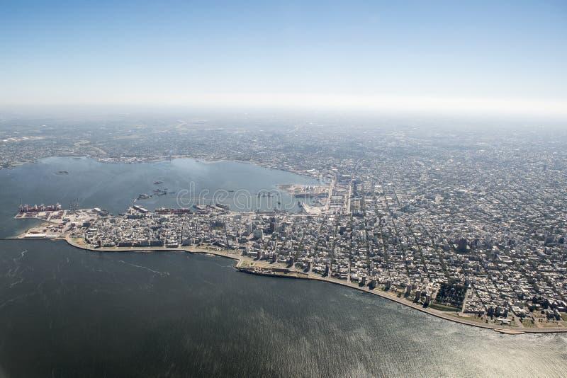 Vue aérienne de Montevideo d'avion de fenêtre photo libre de droits