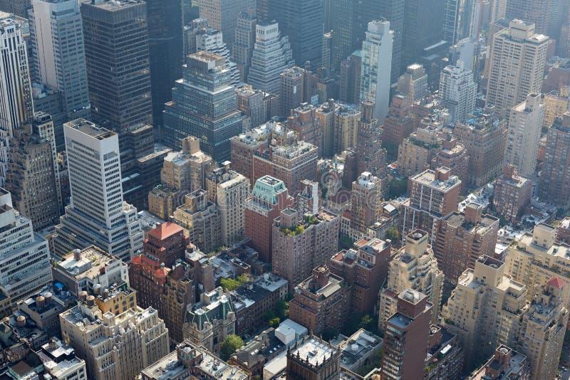 Vue aérienne de New York City avec des gratte-ciel, la lumière du soleil et la brume photo stock