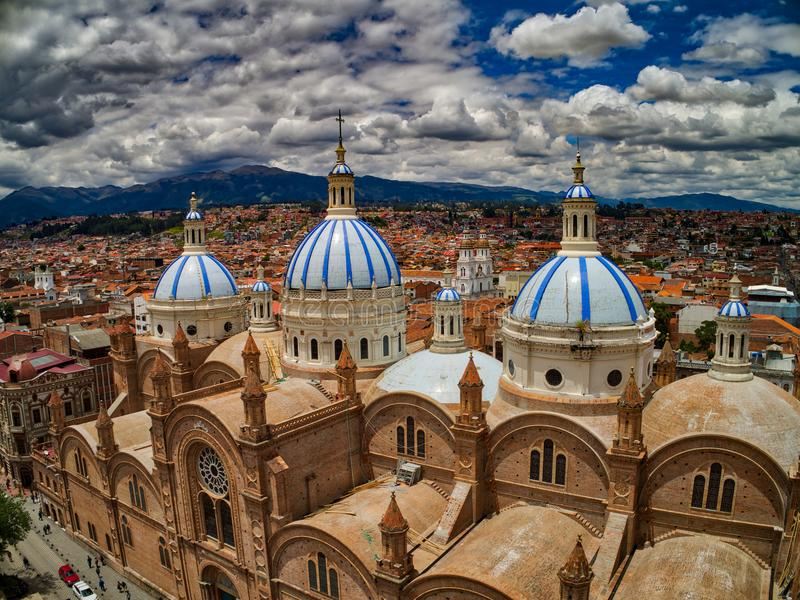 Vue aérienne de nouvelle cathédrale au centre de Cuenca, Equateur photographie stock libre de droits