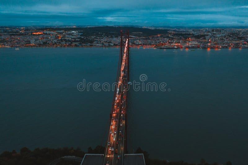 Vue aérienne de nuit du Ponte 25 De Abril Bridge à Lisbonne photographie stock libre de droits