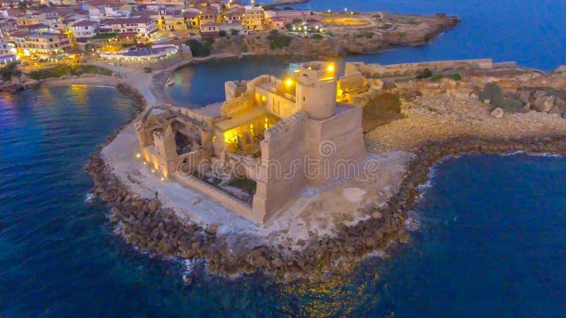 Vue aérienne de nuit de forteresse d'Aragonese en Calabre, Italie photo stock