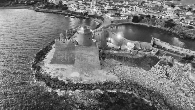 Vue aérienne de nuit de forteresse d'Aragonese en Calabre, Italie image stock