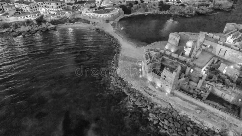 Vue aérienne de nuit de forteresse d'Aragonese en Calabre, Italie images stock