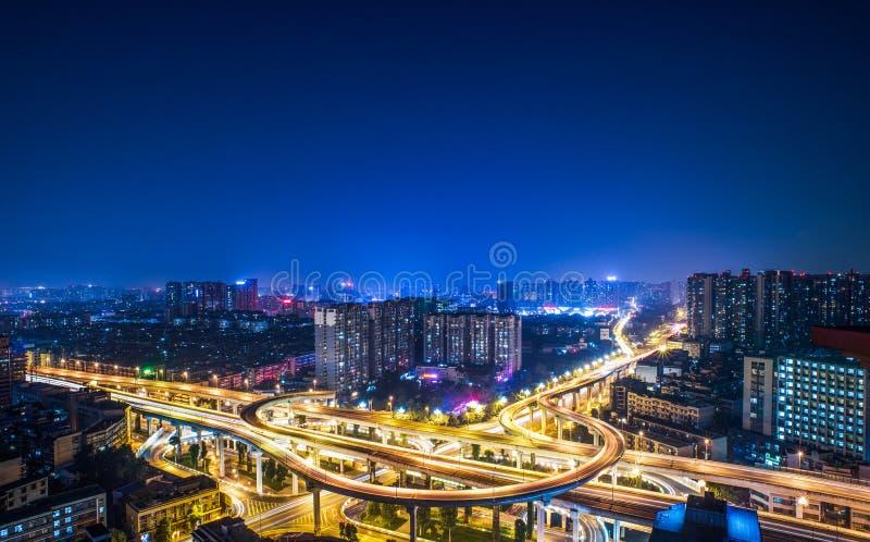 Vue aérienne de passage supérieur de Chengdu la nuit images stock