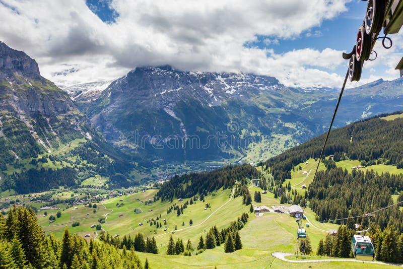 Vue aérienne de paysage avec le village de montagne dans l'heure d'été, G image stock
