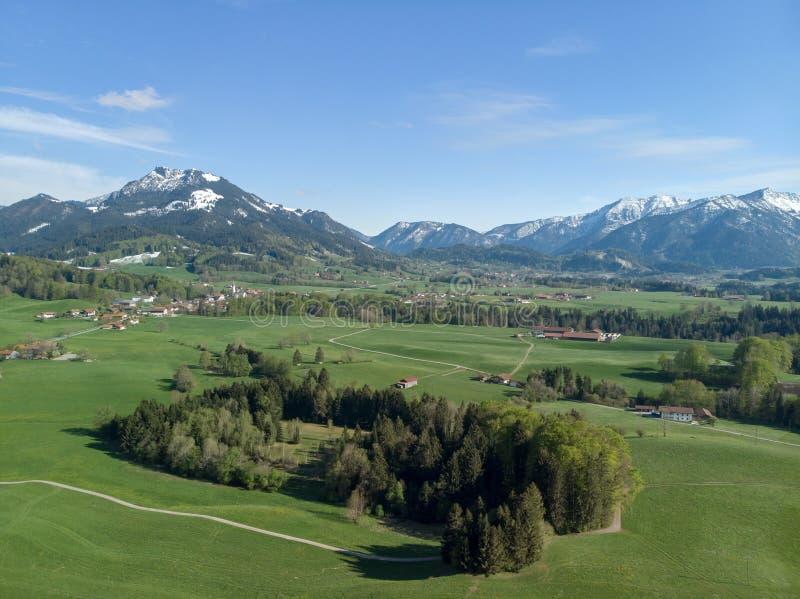 Vue aérienne de paysage bavarois avec des alpes à l'arrière-plan photographie stock libre de droits