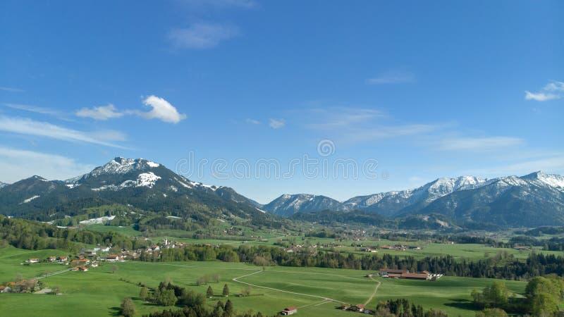 Vue aérienne de paysage bavarois avec les alpes et le ciel bleu images libres de droits