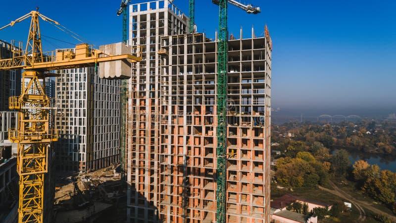 Vue aérienne de paysage dans la ville avec les bâtiments en construction et les grues industrielles Chantier de construction image stock