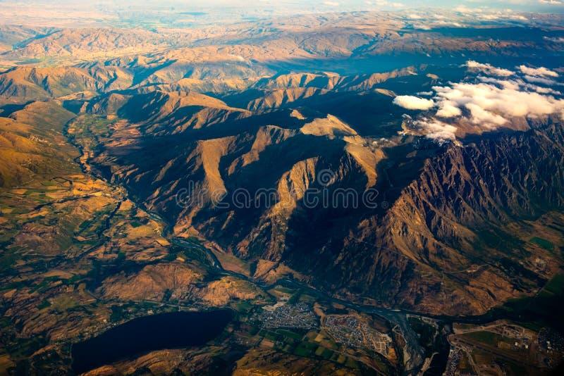 Vue aérienne de paysage de la gamme de montagne, de la rivière et du lac, NZ image stock