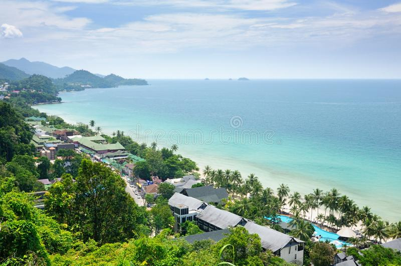 Vue aérienne de paysage tropical avec la plage blanche de sable, les palmiers de noix de coco et la mer tropicale de turquoise su photo stock