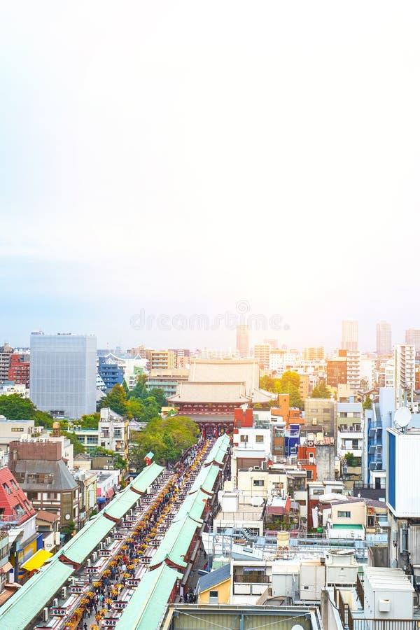 Vue aérienne de paysage urbain de bâtiment d'oeil moderne panoramique d'oiseau de tombeau de Sensoji sous le ciel lumineux bleu d images libres de droits