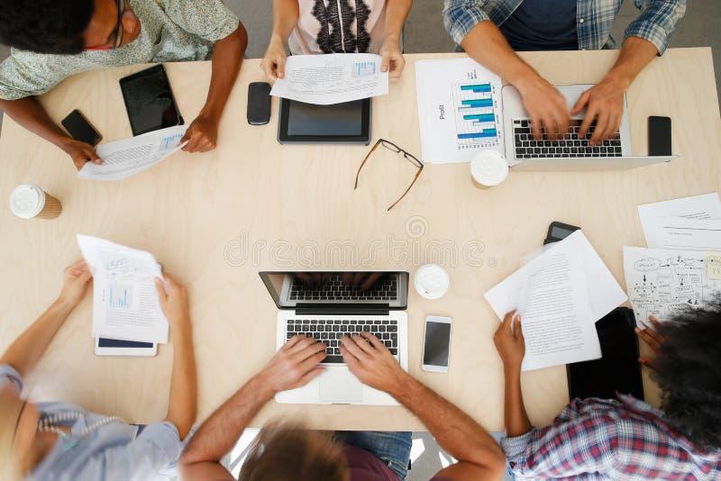 Vue aérienne de personnel avec des dispositifs de Digital lors de la réunion image stock