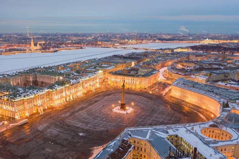 Vue aérienne de place de palais et d'Alexander Column, le palais d'hiver, l'ermitage, promenades de lutins photographie stock