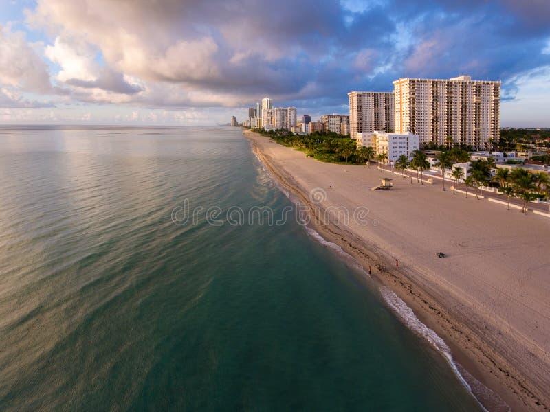 Vue aérienne de plage du sud de Miami avec les hôtels et le littoral photo libre de droits